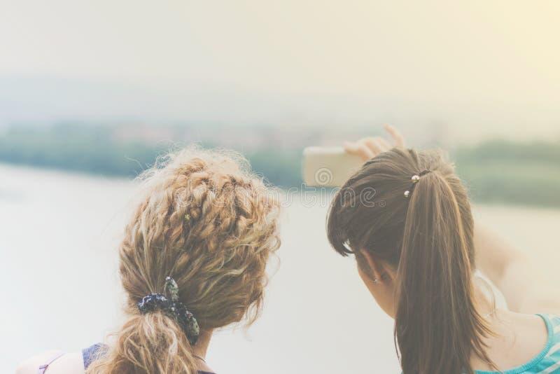 Två bästa flickavänner som tar selfie arkivfoto