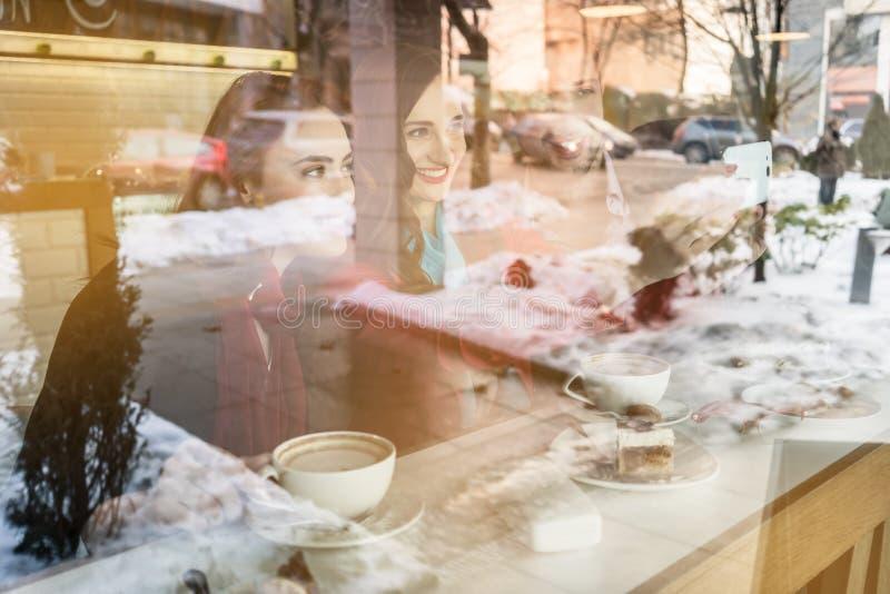 Två bästa vän som delar en selfiebild på socialt massmedia i en coffee shop arkivbild