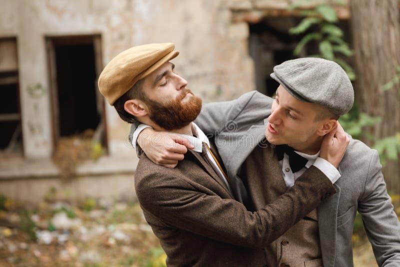 Två banditer finner ut förhållandet i en kamp I hösten retro utomhus royaltyfria foton
