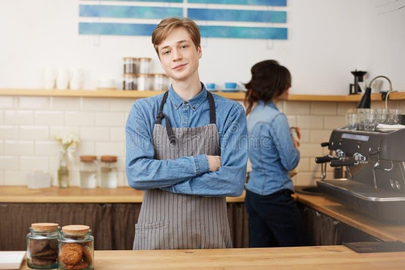 Två baristas som arbetar på stångräknaren i coffee shop royaltyfria foton