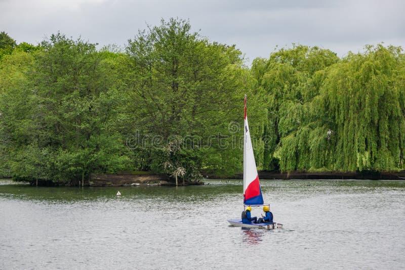 Två barn övar segling på en vårdag i södra Norwood l fotografering för bildbyråer