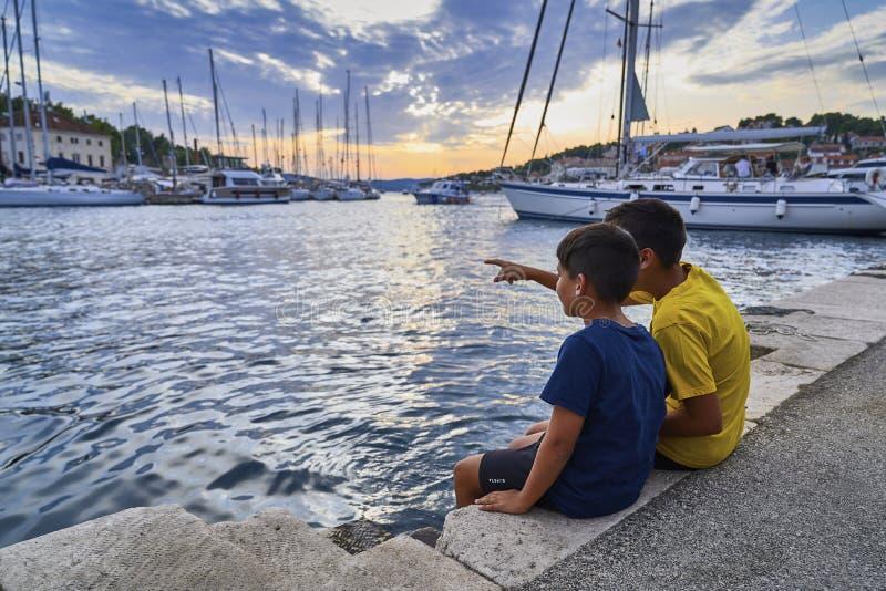 Två barn i Milnas hamn royaltyfri fotografi