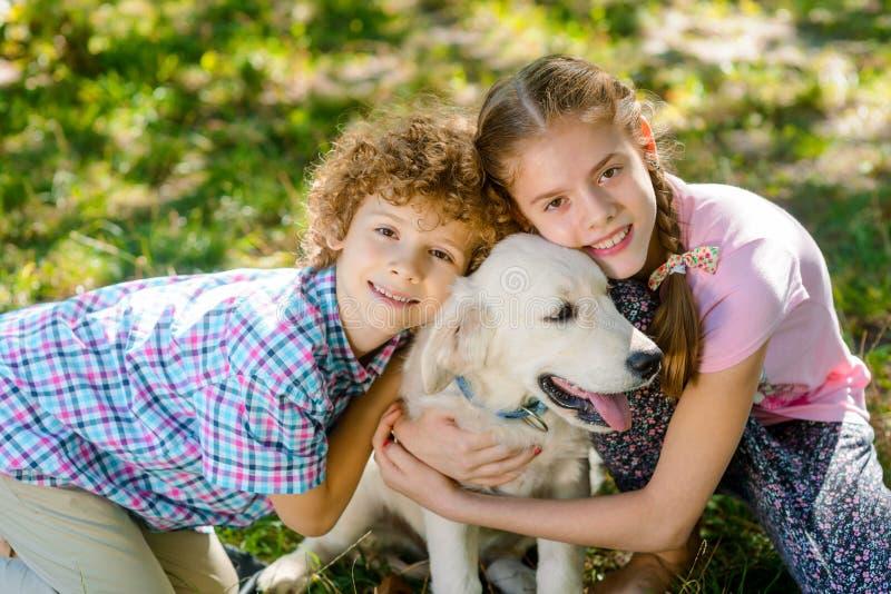 Två barn med deras husdjur royaltyfria bilder