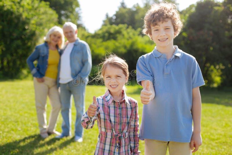 Två barn som är mycket vänliga arkivbild