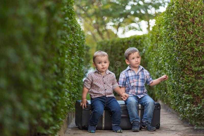 Två barn som spelar i trädgården arkivbild