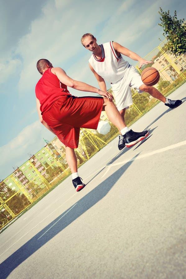 Två basketspelare på domstolen royaltyfria bilder