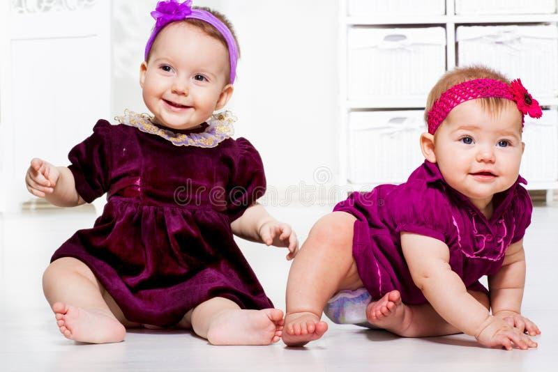 Flickor i klänningar royaltyfri bild