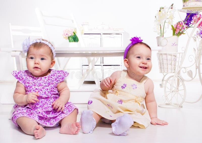 Två behandla som ett barn flickor royaltyfri foto