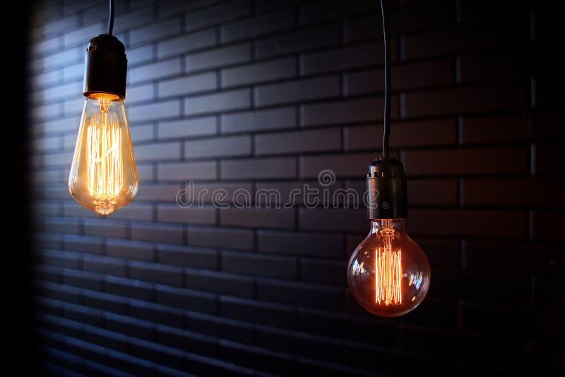 Två belysningkulor på en mörk bakgrund royaltyfria bilder