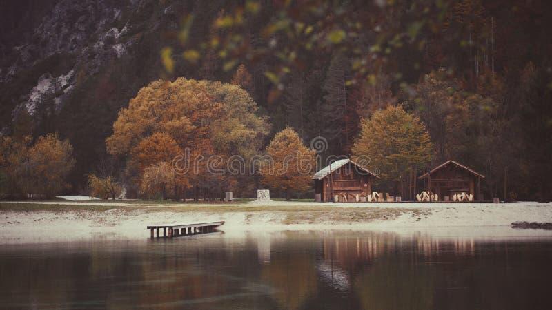 Två bergstugor vid sjön royaltyfria foton