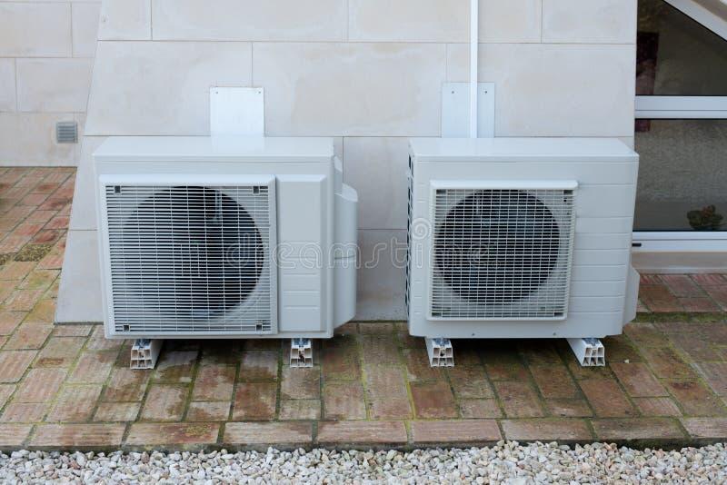 Två betingande enheter för luft arkivfoto