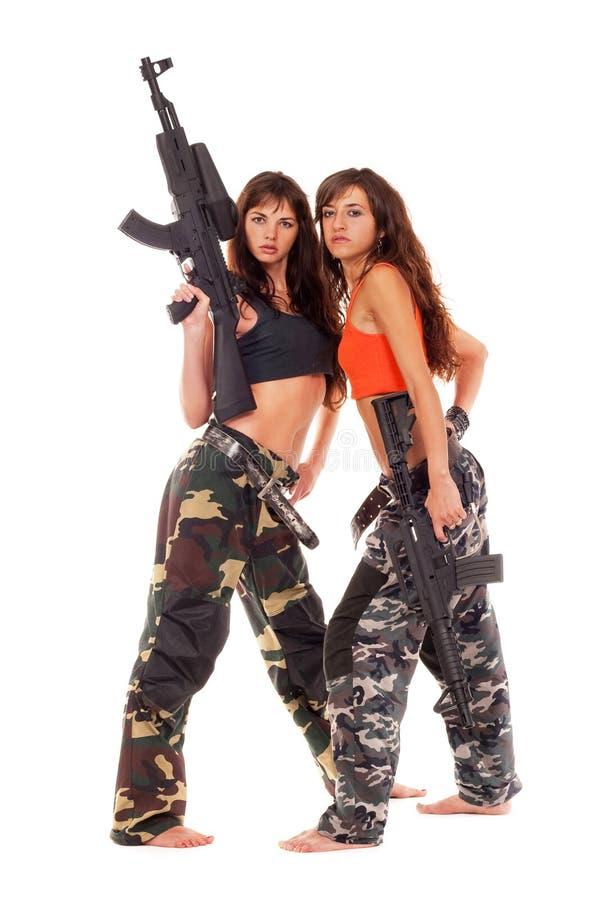 Två beväpnade flickor arkivbilder