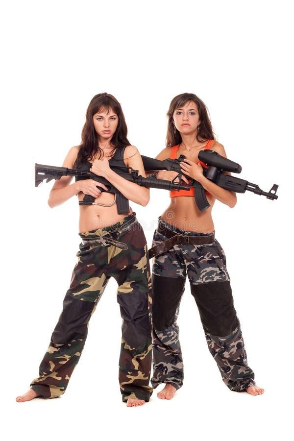 Två beväpnade flickor royaltyfri foto