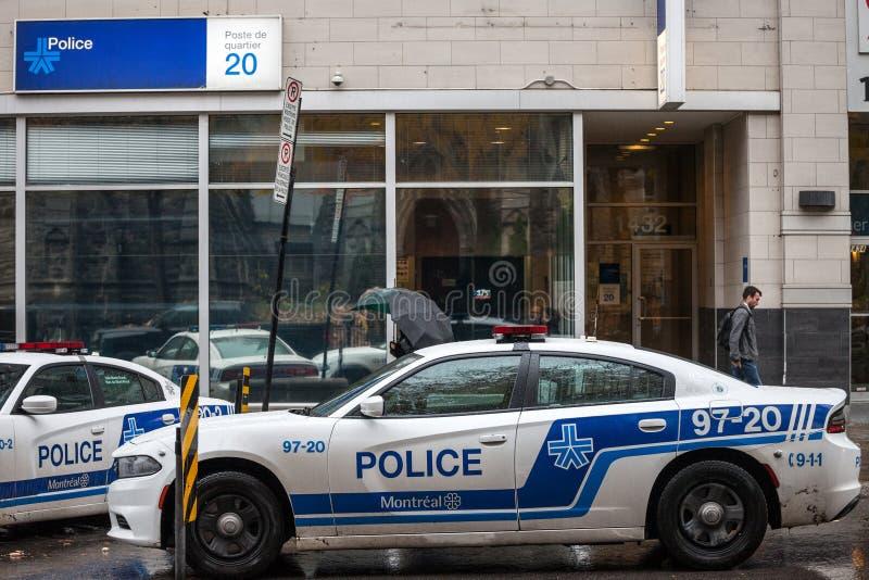 Två bilar för Montreal polisservice som SPVM framme står av en närpolisstation SPVMEN är polisen av Montreal, Quebec royaltyfri bild