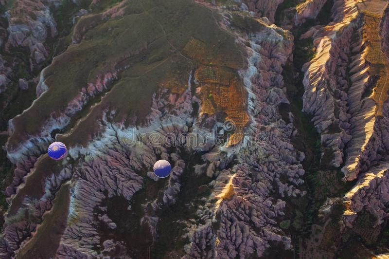 Två blåa ballonger för varm luft i bergen arkivfoton