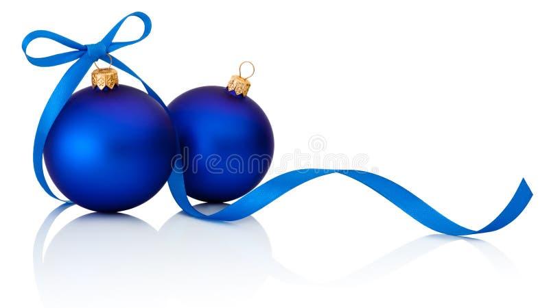 Två blåa julbollar med bandpilbågen som isoleras på vit backg arkivfoto