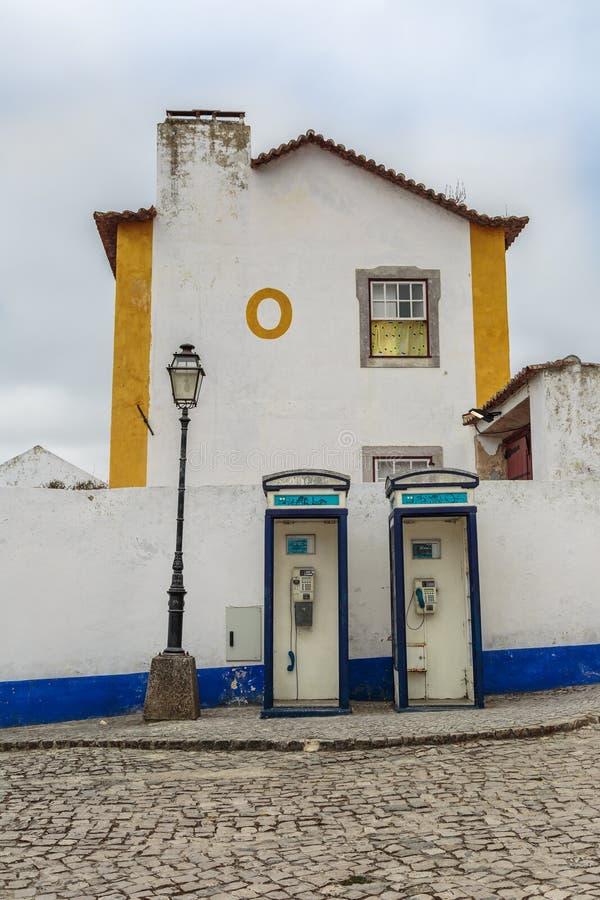 Två blåa påringningaskar för tappning, en gammal lampa, ett hus och majskolv arkivbild
