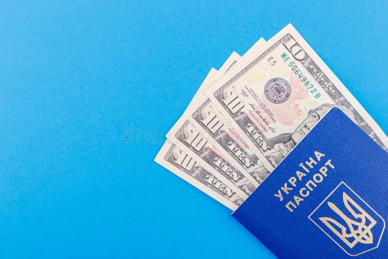 Två blåa pass och amerikanska dollar som är ljusa - blå grund royaltyfria bilder