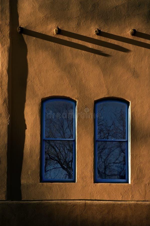 Två blåa Windows Adobe väggar Santa Fe New Mexico fotografering för bildbyråer