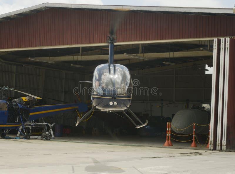 Två-bladed singel-motor ljus nytto- helikopterlandning arkivfoton