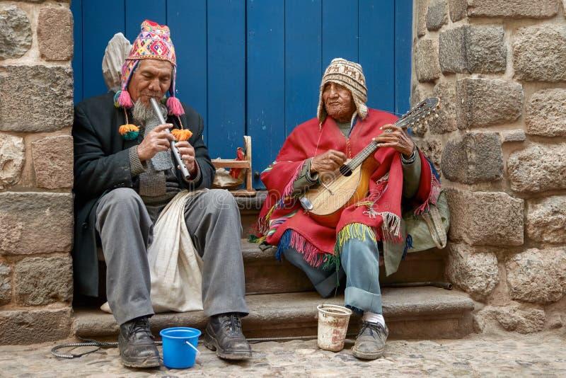 Två blinda musiker för peruan som spelar flöjten och mandoline i gatan av Cusco, Peru royaltyfria bilder