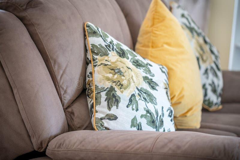Två blommor på en soffa arkivbilder