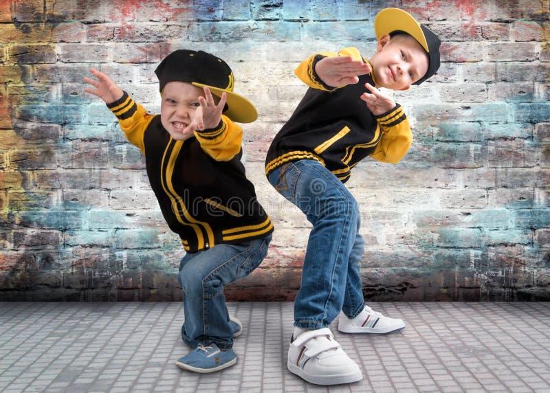 Två bröder som dansar avbrottsdans Hip Hop stil De kalla ungarna royaltyfri foto