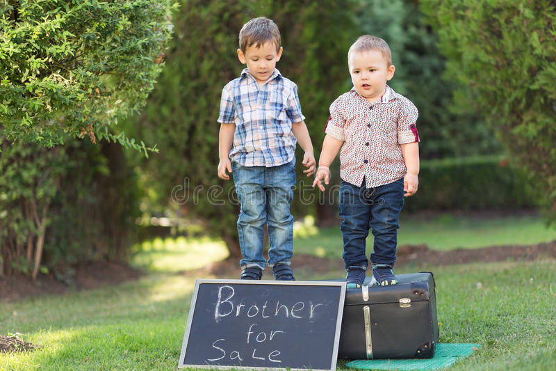 Två bröder som spelar i parkera royaltyfria bilder