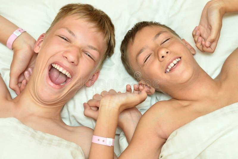 Två bröder som vaknar upp royaltyfria foton