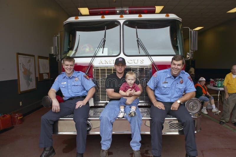 Två brandmän, fader och son arkivbild