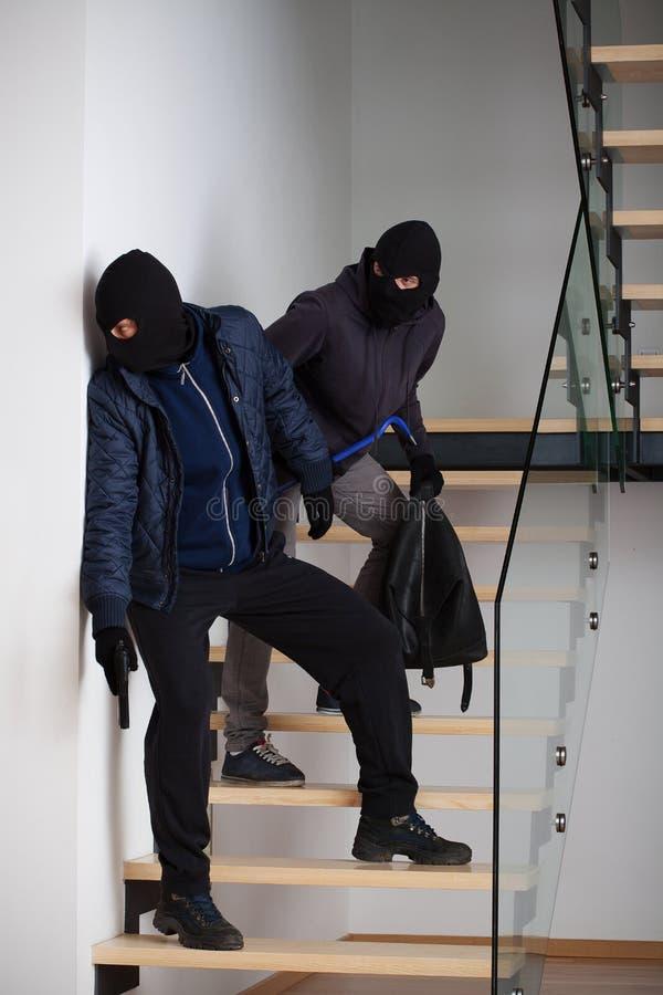 Två brottslingar på trappa royaltyfria foton