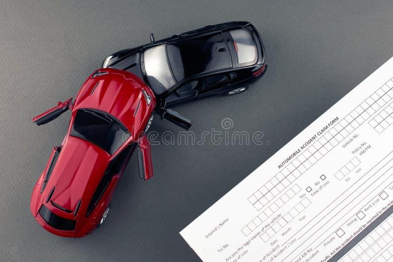 Två brutna leksakbilar och bilförsäkring royaltyfria bilder