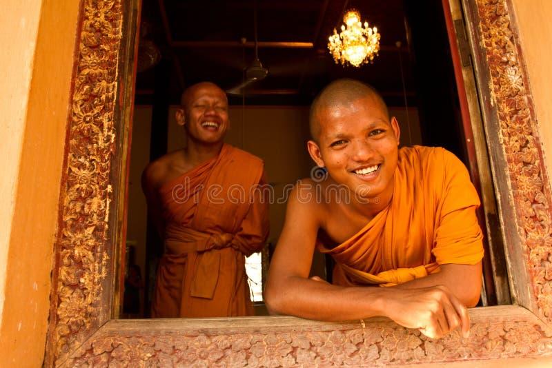 Två buddistiska munkar av Wat Damnak, Siem Reap, Cambodja arkivbilder