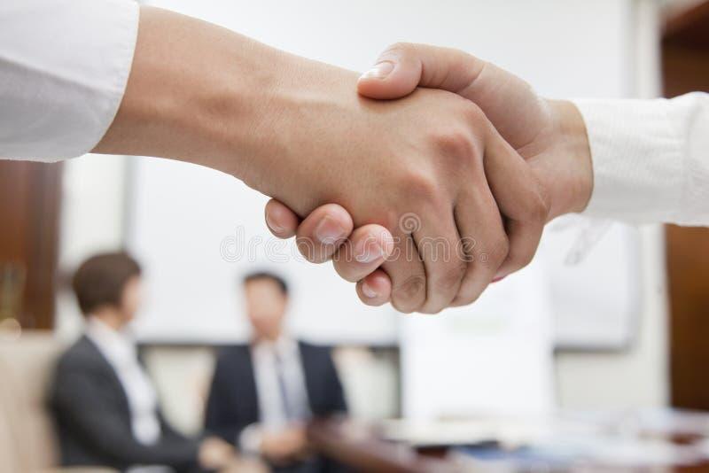 Två Businesspeople som skakar händer arkivfoton