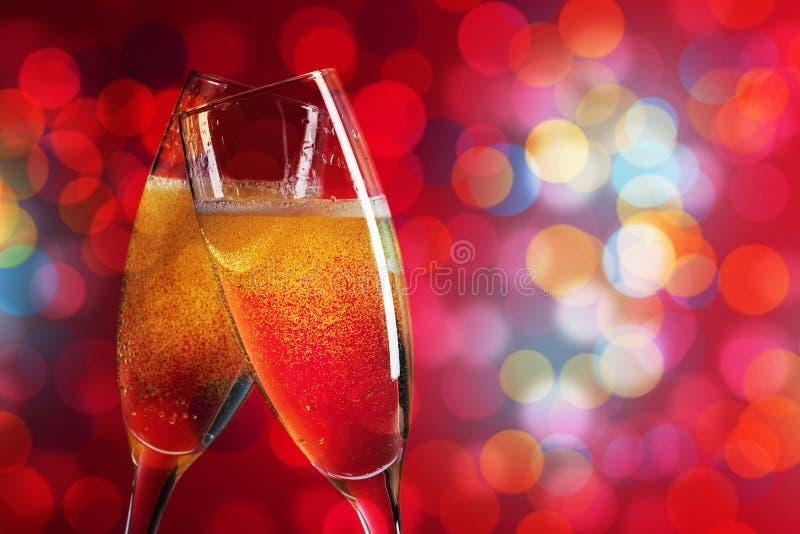 Två champagneexponeringsglas över julbakgrund arkivfoto