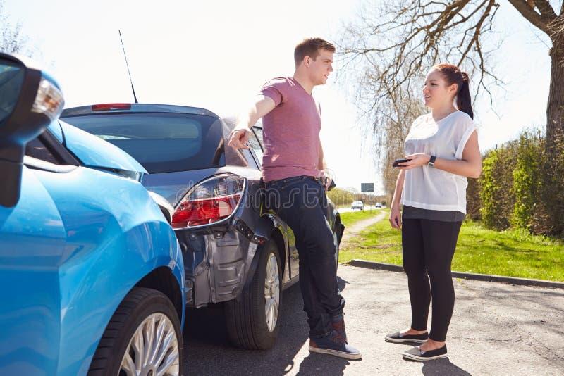 Två chaufförer som argumenterar efter trafikolycka arkivfoto