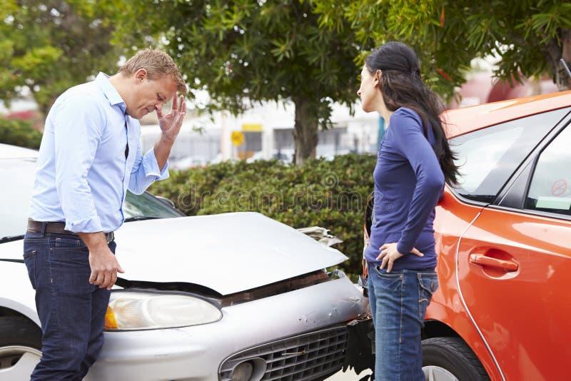 Två chaufförer som argumenterar efter trafikolycka royaltyfri bild