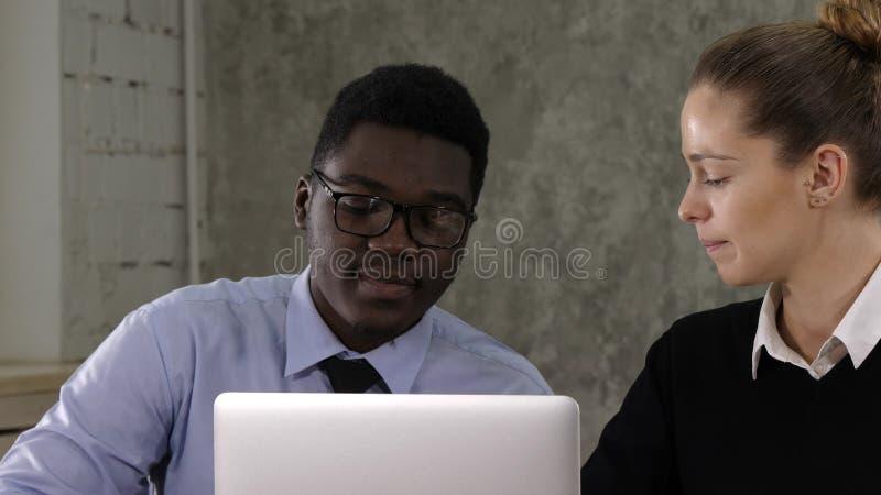Två chefer som arbetar på bärbara datorn royaltyfri fotografi