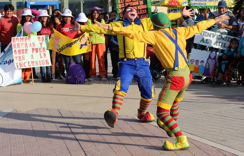 Två clowner omfamnad offentligt fyrkant arkivbild