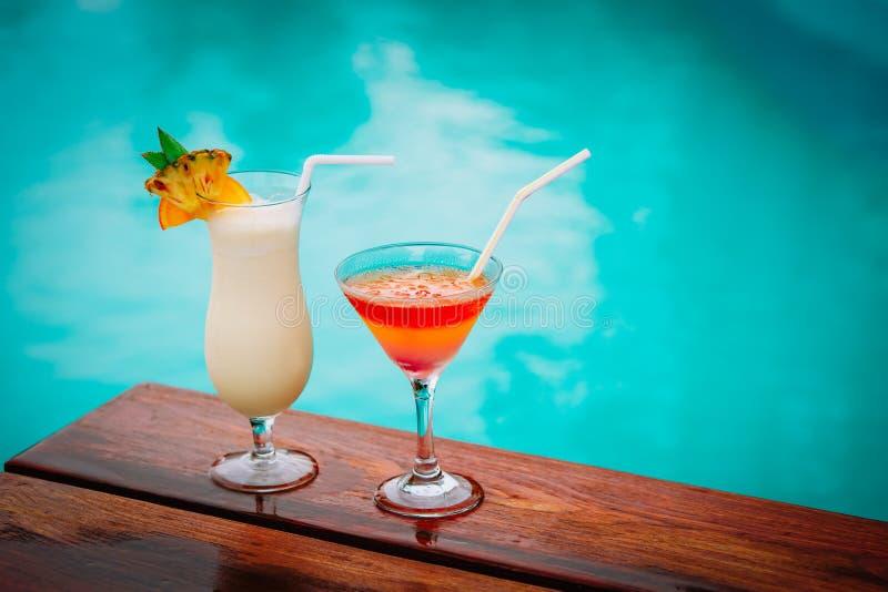 Två coctailar på den lyxiga strandsemesterorten, lyxigt lopp arkivfoto