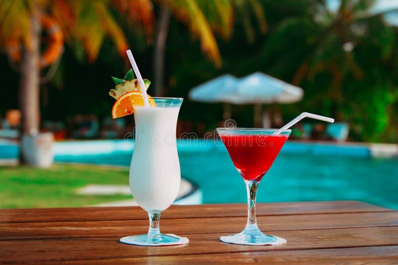 Två coctailar på den lyxiga strandsemesterorten, lyxigt lopp fotografering för bildbyråer