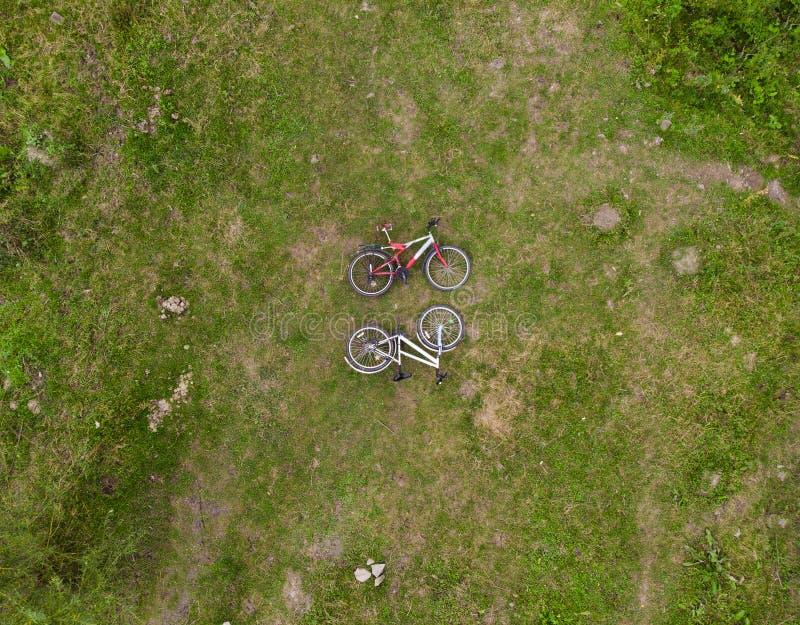 Två cyklar i gräset aeralsikt royaltyfri foto