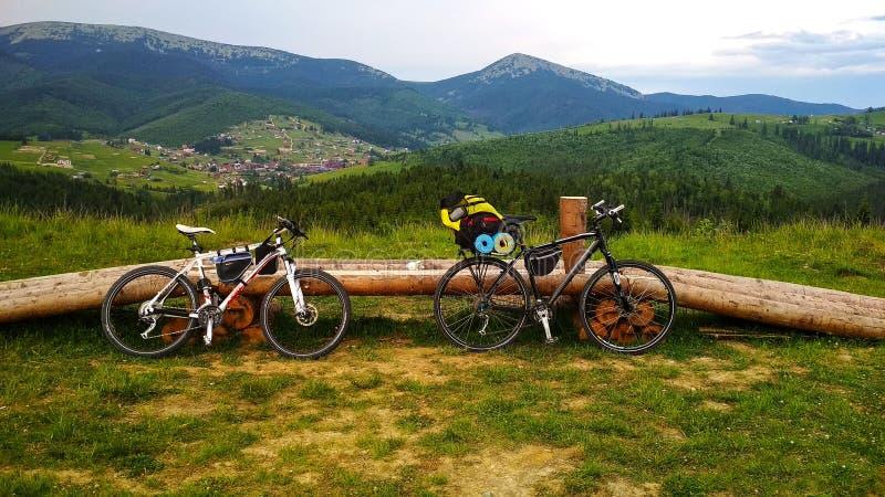 Två cyklar på bakgrunden av de Carpathian bergen någonstans royaltyfri foto