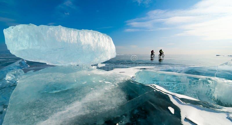 Två cyklar på den svarta isen fotografering för bildbyråer