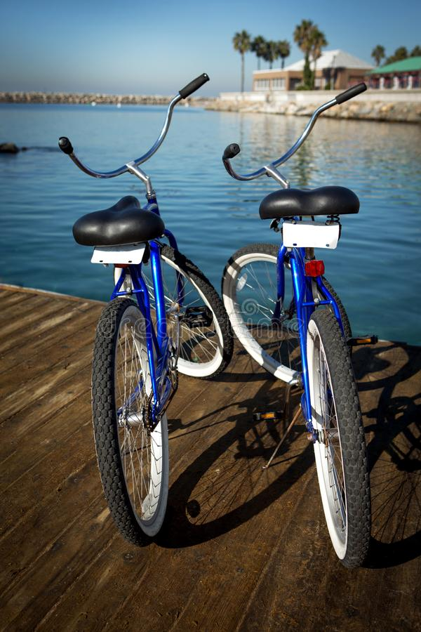 Två cyklar på en pir royaltyfri bild