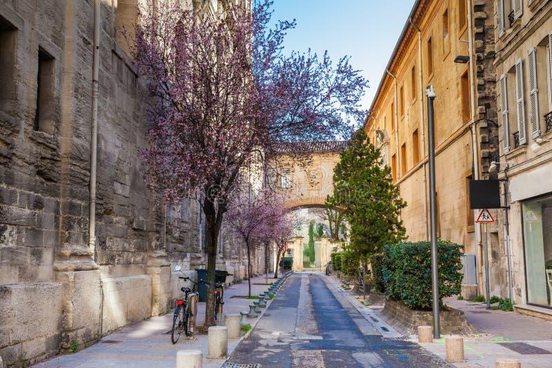 Två cyklar som parkeras på Rue Frederic Mistral på den walled staden av Avignon arkivfoto