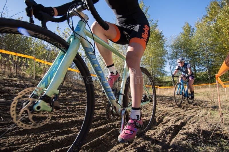 Två cyklister smutsar ner closeupen för loppkursen arkivbild