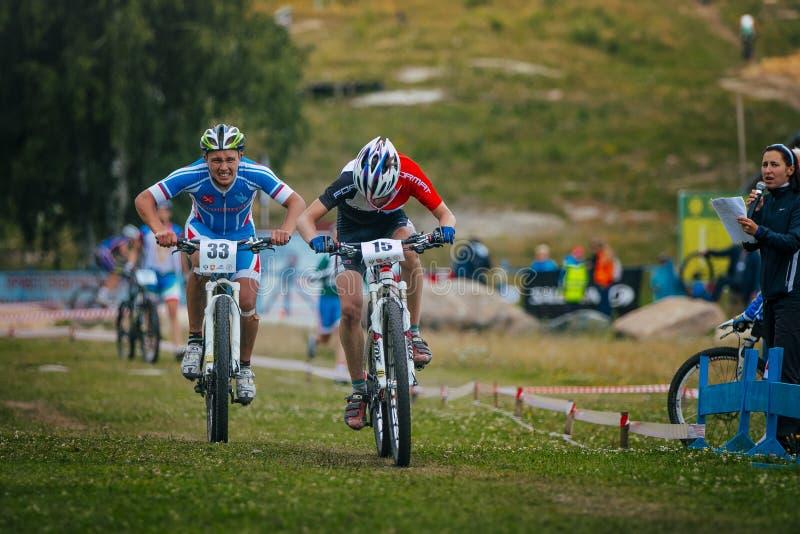 Två cyklister som konkurrerar på fullföljandet royaltyfri foto