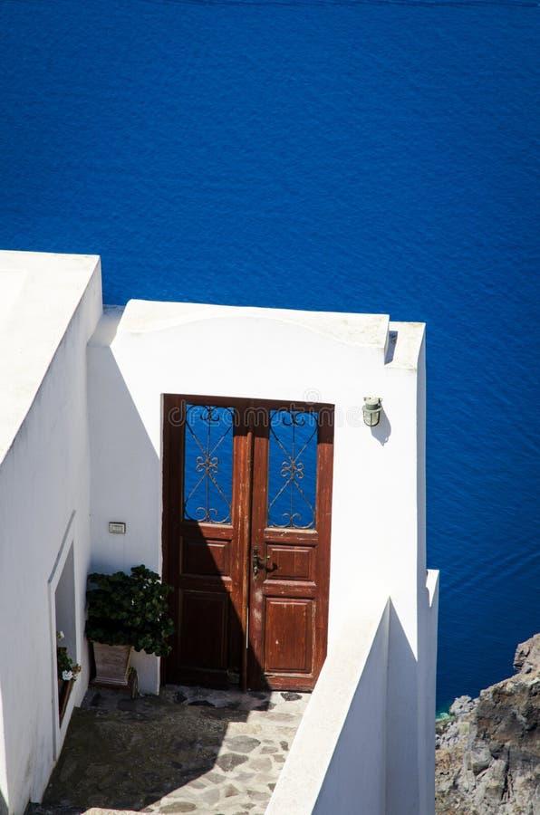 Två dörrar med en vien på calderaen royaltyfri fotografi
