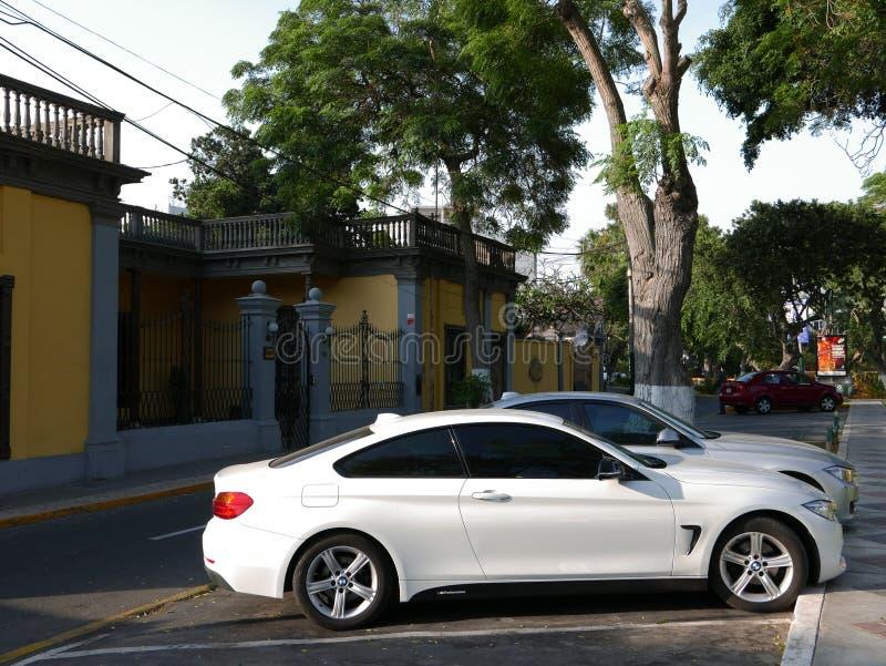 Två dörrBMW 420i kupé som parkeras i Barranco, Lima royaltyfri bild